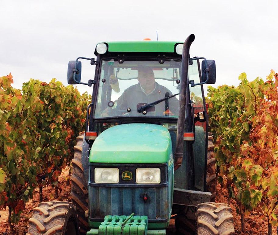 tractor en viñedo